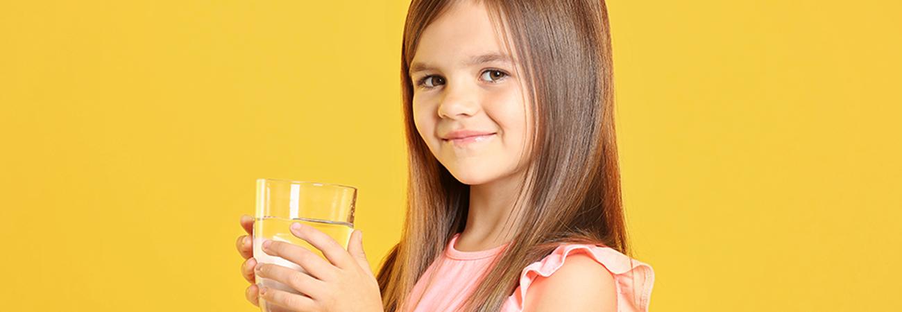הקשר בין שתיית מים למניעת השמנת יתר בקרב ילדיכם