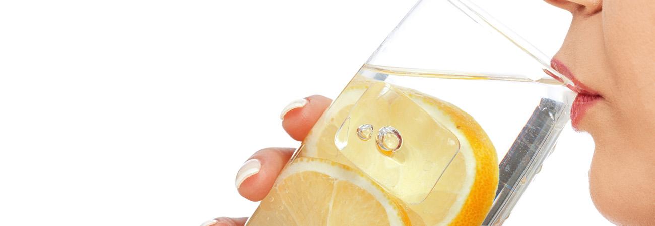 כך תשתו יותר מים: 5 טריקים שאתם חייבים לנסות!