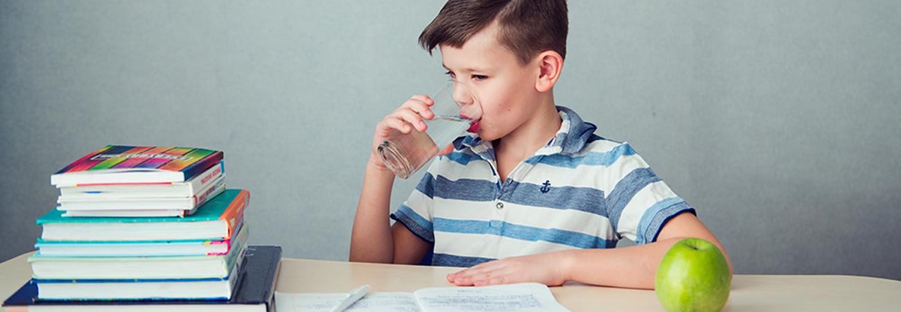 הילד אינו מרוכז בבית הספר? בדקו אם הוא שותה מספיק מים